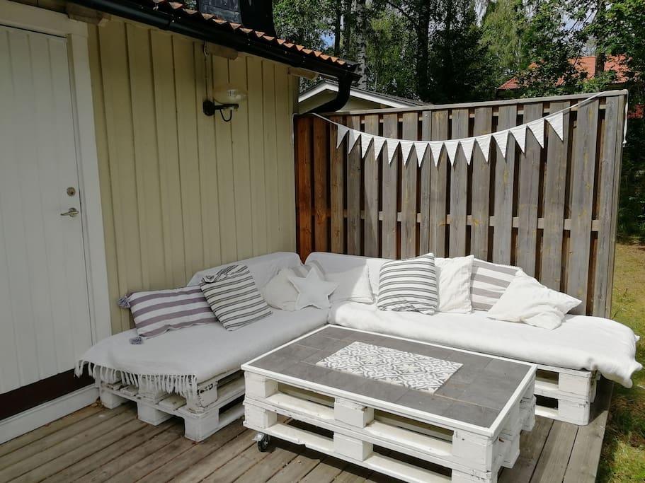 Den härliga relaxhörnan på terrassen