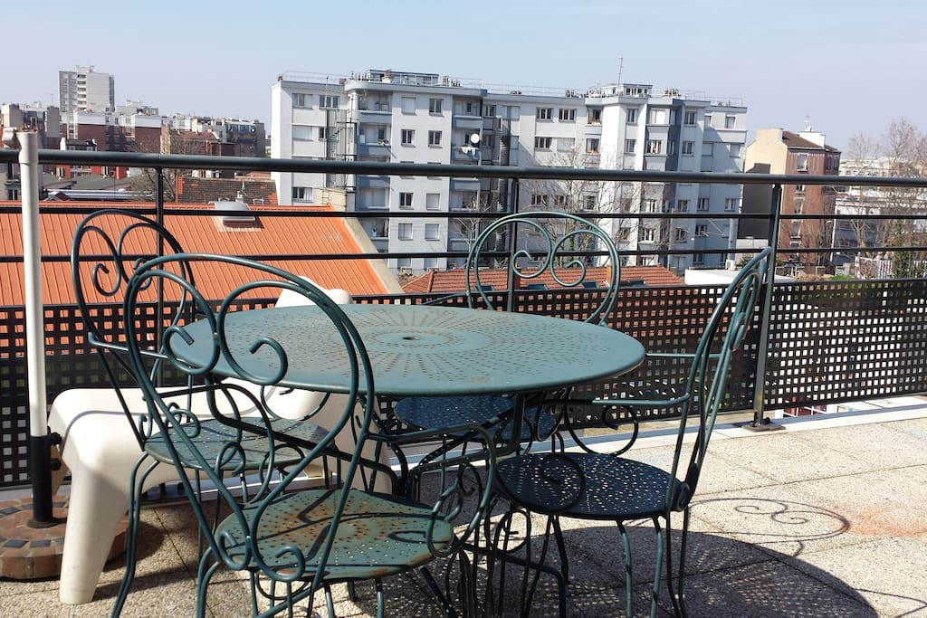 Une grande terrasse privative sans aucun vis-à-vis.