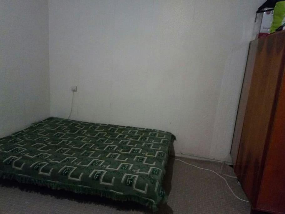 двуспальная кровать и шкаф