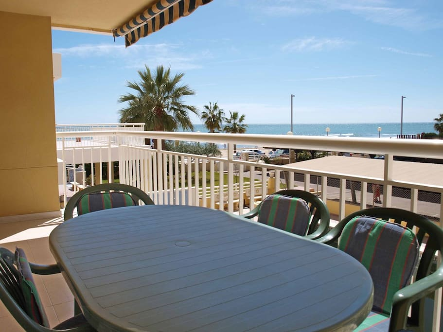 Terraza con mesa para 6 personas. Terrace with table for 6 people.