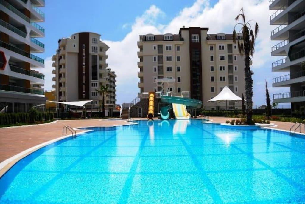 открытый бассейн с аквапарком