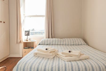 Double bedroom available to rent just off Capel street in the heart of Dublin's historic fruit markets. Just minutes walk from Temple Bar, Jameson Distillery, Jervis Shopping, LUAS tram and all central attractions including Dublin Castle and Trinity.