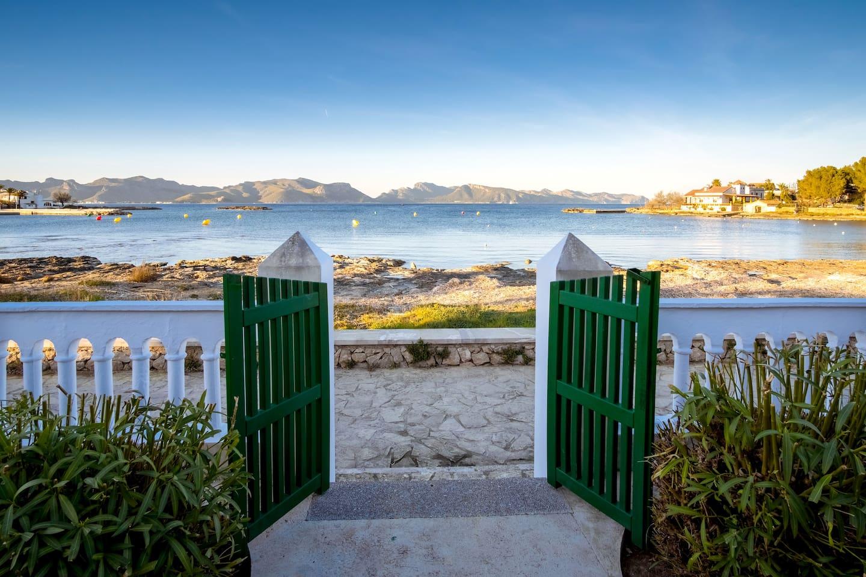 Vista al mar desde el jardín principal.  Solo un pequeño paseo peatonal (y muy tranquilo) separa la casa del mar.