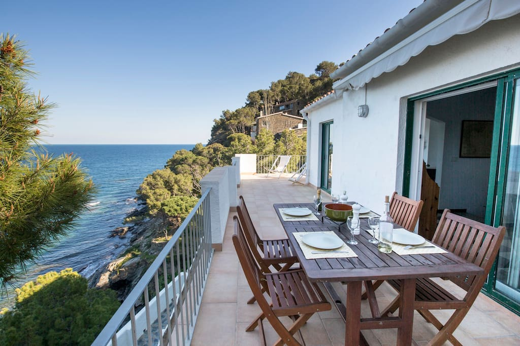 Breakfast, meals, drinks ? Enjoy the view to the sea ...