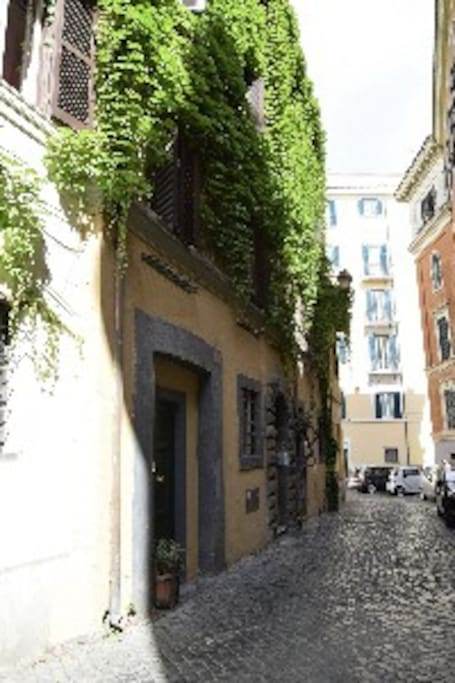Now you are in the heart of Rome: my little apartment....