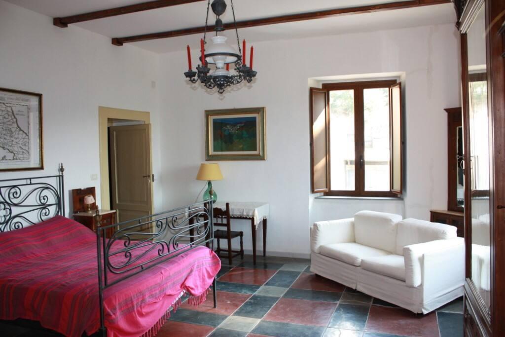 una stanza con letto matrimoniale e mobili d'epoca