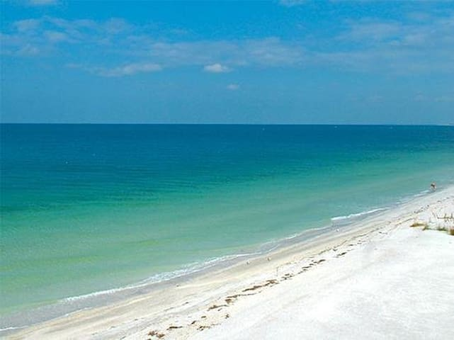 2 Bed/2.5 Bath minutes from beautiful beaches