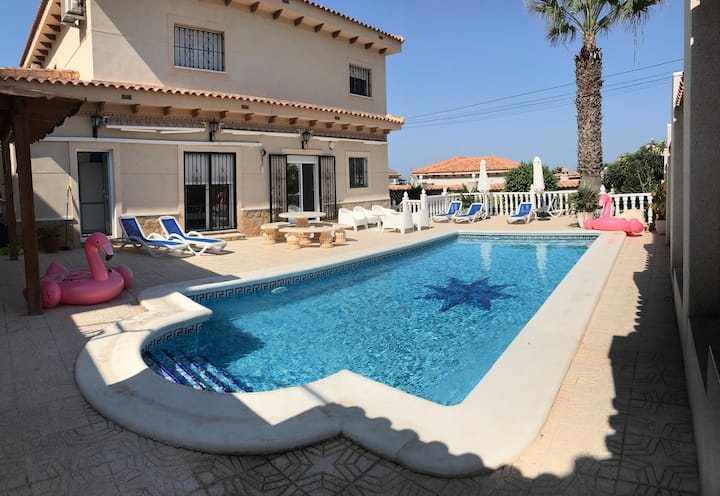LARGE LUXURY 6 BED VILLA SLEEPS 12 WIFI-AIRCON-SKY