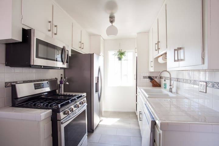 Silver Lake adjacent w/ Blissful 2 bedroom + patio