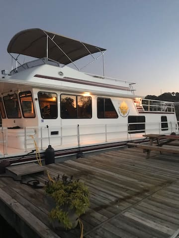 Luxury Houseboat close to Pittsburgh