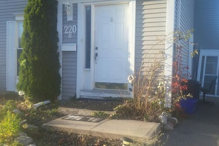 Private Basement Apartment on University Avenue - Waterloo - Σπίτι