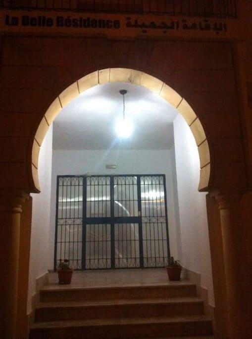 L'entrée à la résidence est securisée par code d'accé
