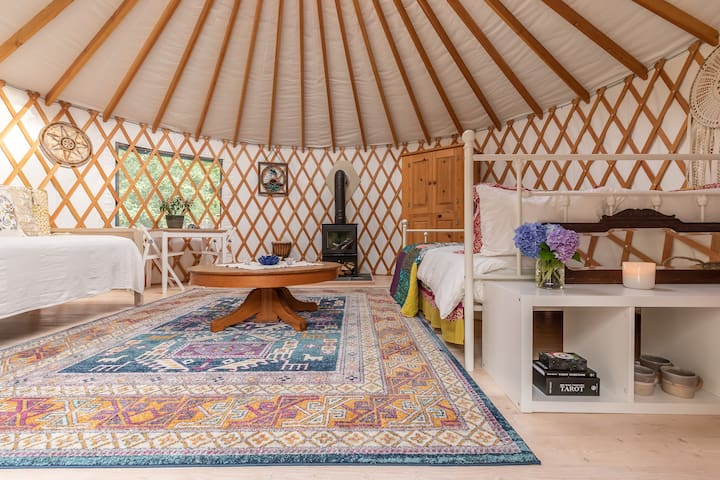 Lovely Bainbridge Island Yurt + Hot tub. Glamping!