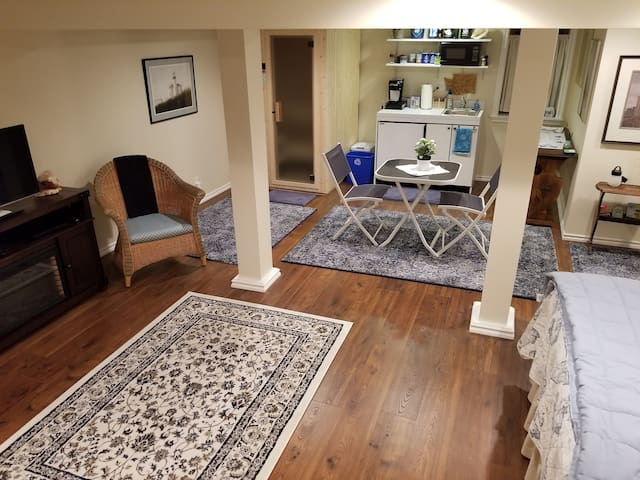 Capitol Hill Suite w/ Kitchenette and Sauna