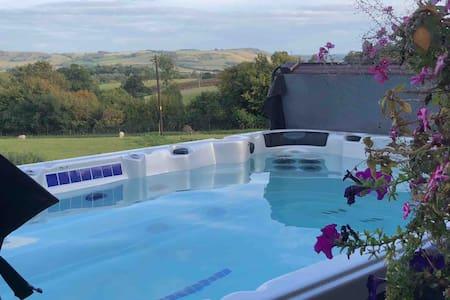 The Loft - Exceptional views, hot tub & balcony
