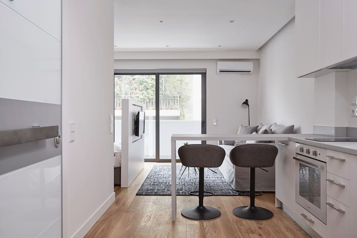 Deluxe, Modern Studio w/Terrace