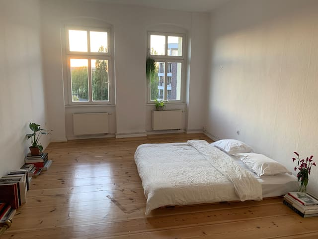 Large Room w/ Gorgeous Sunsets - Great Location <3
