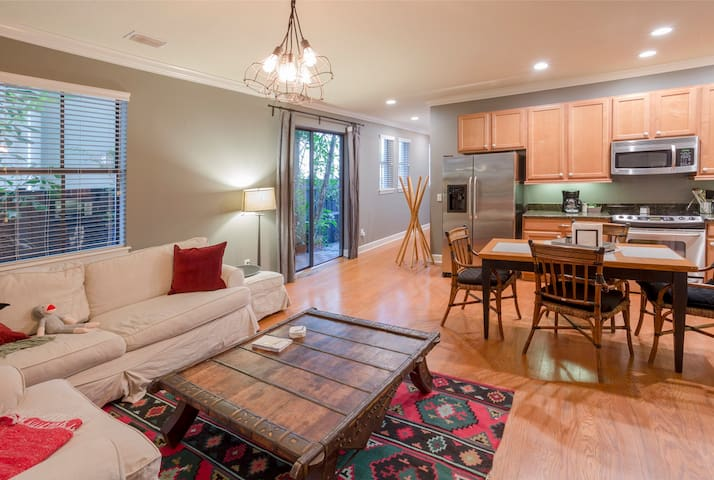 PERFECT South Tampa location! Stunning Townhome!