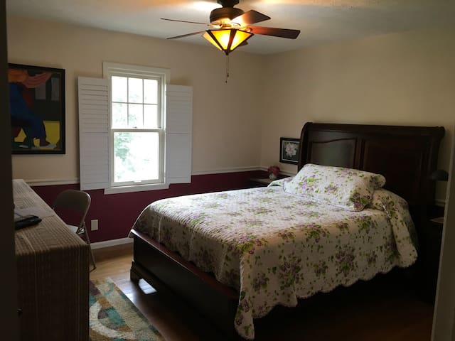 Garden City-Tree view-Queen Bed, Private Bath