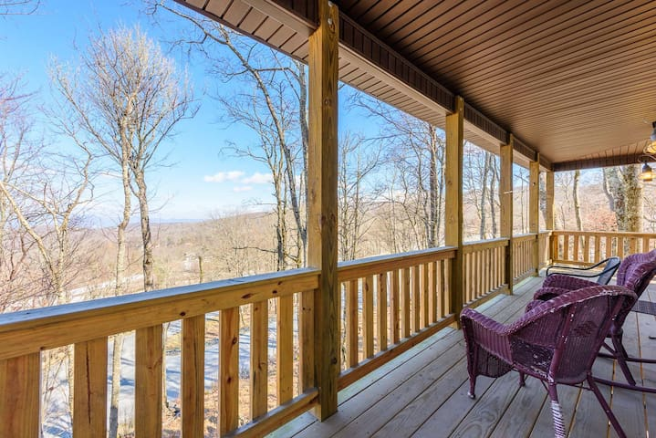 Walk to Slopes on Beech Mtn! Views, Pool Table, AC, Club Amenities, Pet Friendly