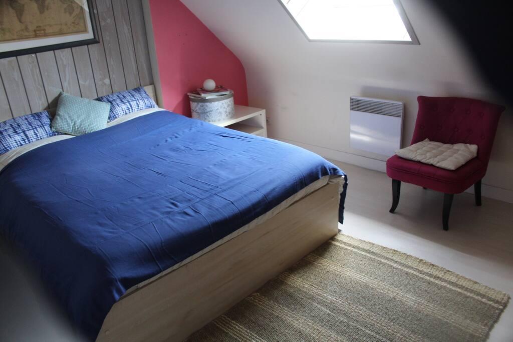 Chambre 2 : 1 lit double  Lit pour bébé ( sur demande )