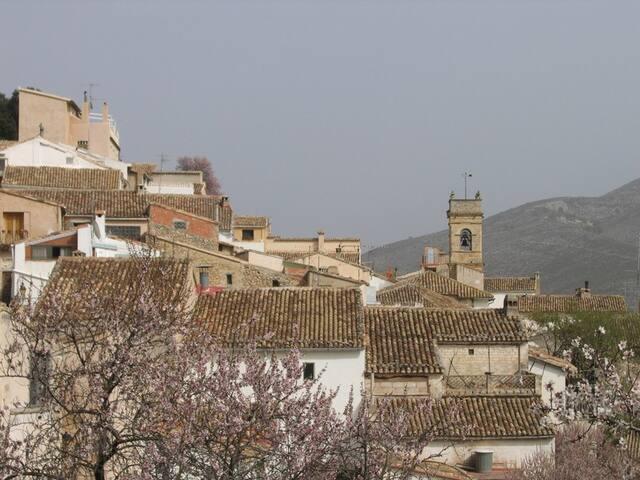Casa rural de origen árabe (500 años) en la plaza