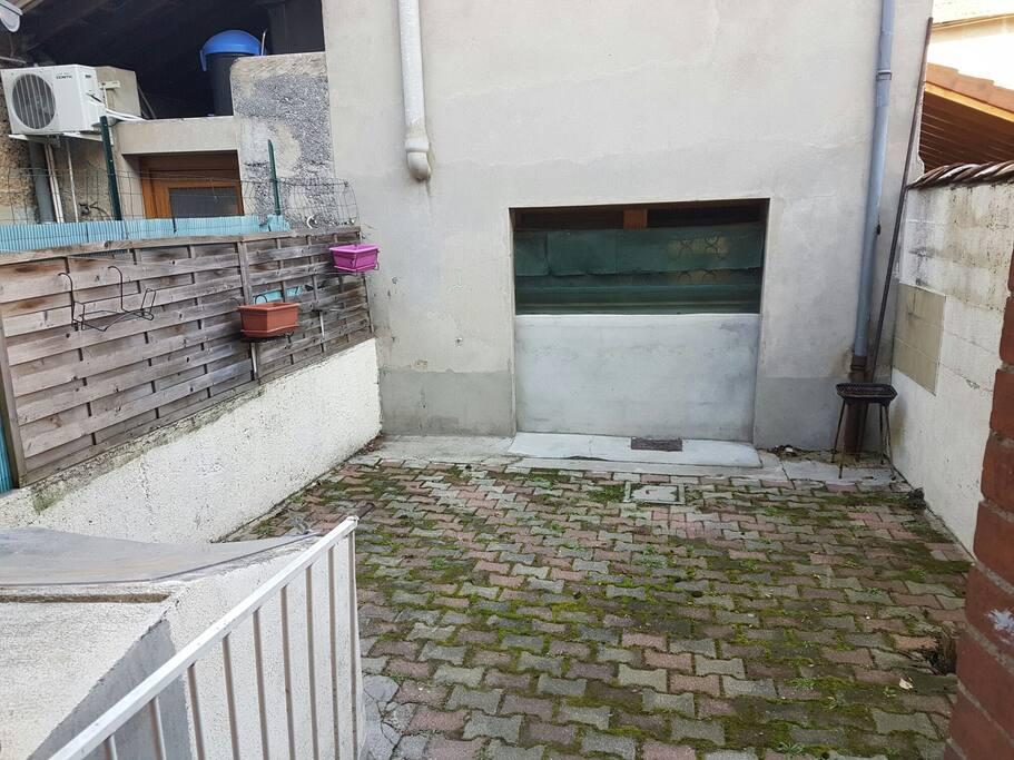 la petite cour qui ce situe à l'arrière de la maison.  Y'a de quoi faire un barbecue et prendre l'apéro :)