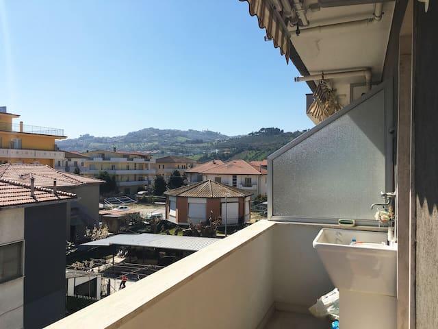 Vista colline dal balcone del soggiorno