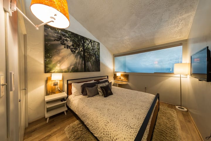Bedroom 2 with King Size Memory Foam Mattress