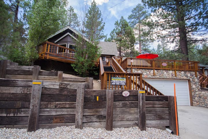 Mountain Time: Hot Tub! Great Cabin Features! Shuffleboard! Yard! Family Room! Cable TV!