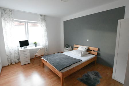 close to the FFM AIRPORT and TRAIN STATION