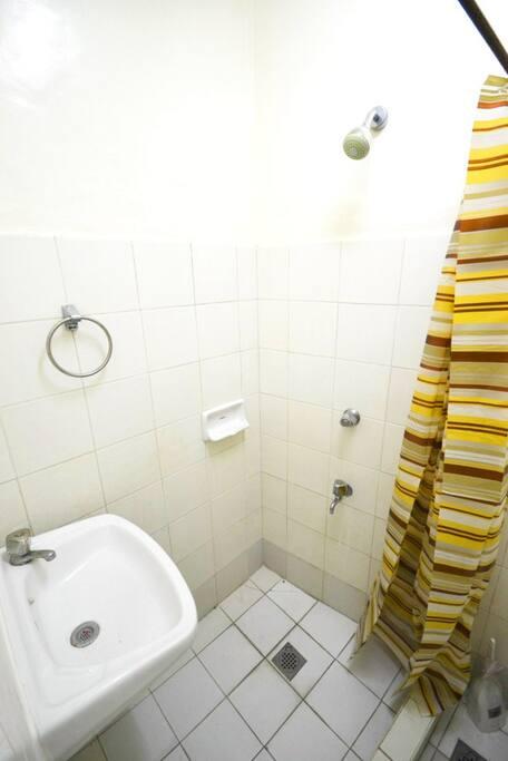 専用シャワーは水シャワーですが、共有バスルームのホットシャワーはご利用になれます