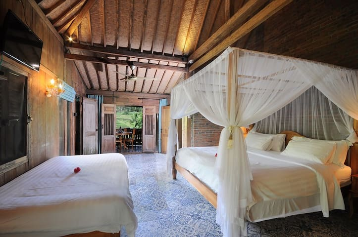 Suitable for up to 3 guests: 1 king bed and 1 single bed