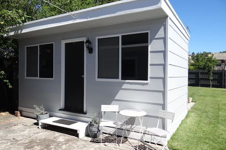 One bedroom bungalow with bathroom - Maribyrnong - Bungalov