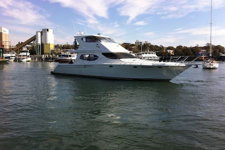 60ft Cruiser in Roseville Marina - Barca