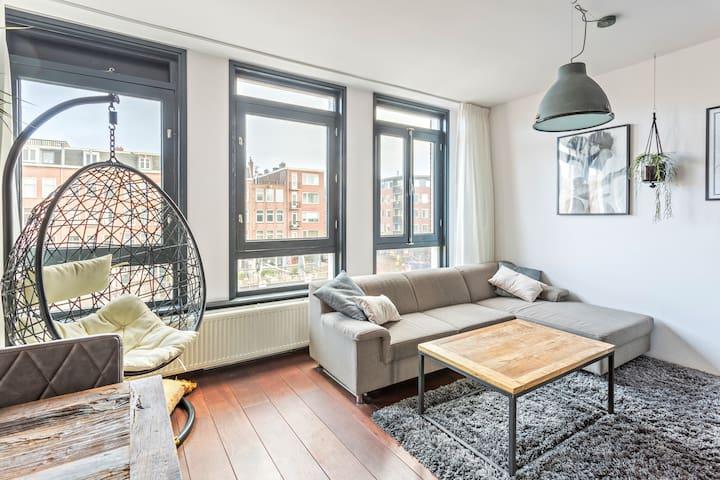 Central, bright apartment with bathtub & balcony