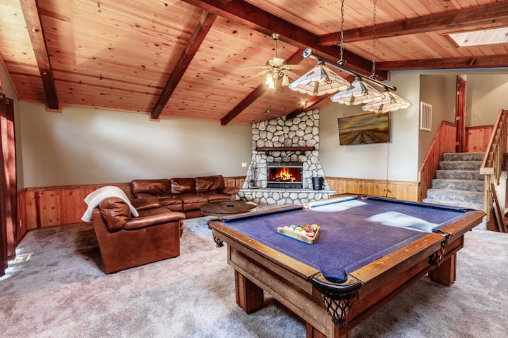 Kap's Retreat-Sleeps 12- HOT TUB-CLOSE TO BEAR MTN
