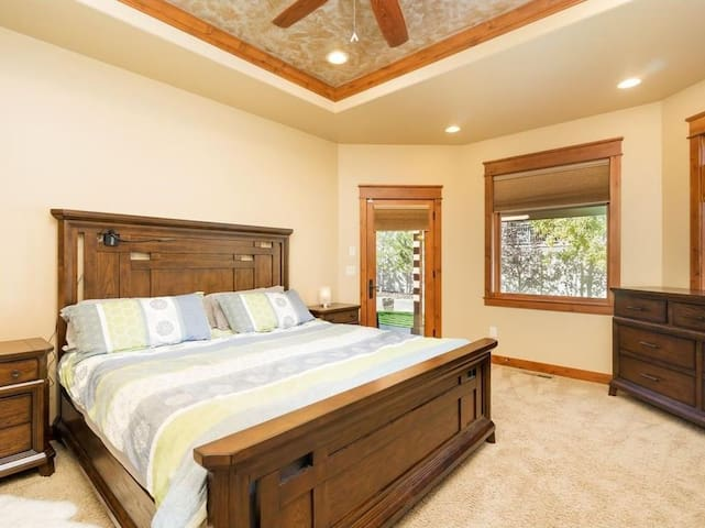 Beautiful Montana King Bedroom - Billings - Hus