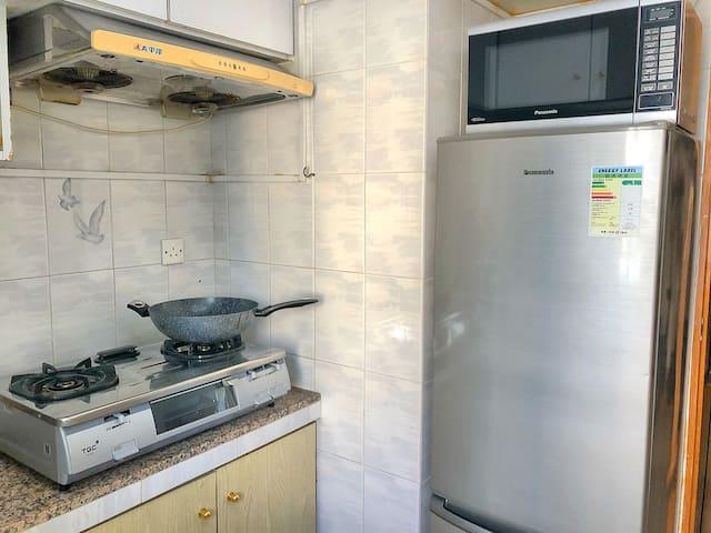 廚房有松下的冰箱,微波爐和TGC煤氣爐