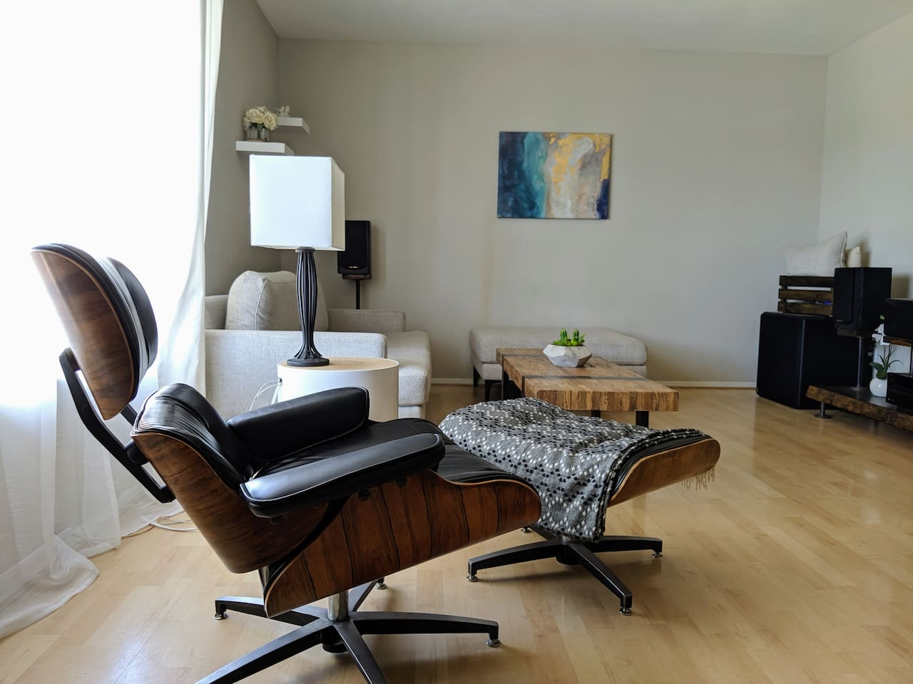Living room with modern design and HDTV with sound system