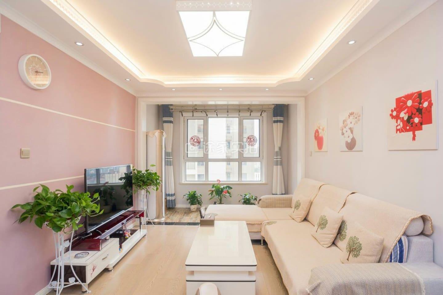 客厅里大沙发床很舒适,超大液晶电视,空调让生活更美好,还有餐厅,单独的吃饭享受