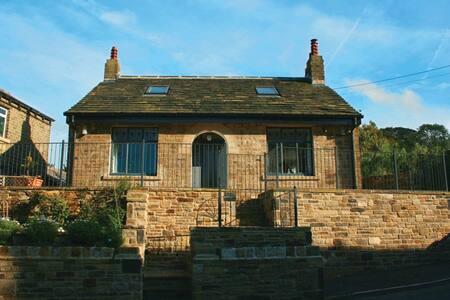 Eastholme Cottage - easy reach Holmfirth centre - Holmfirth - House