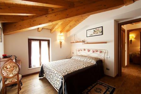 Suite Lake View.  Questa è una vera suite vista lago molto romantica, col tetto in legno a vista ed il bagno privato con la vasca. Godetevi il relax 5 stelle.
