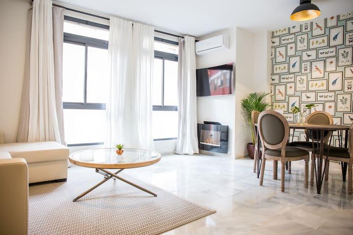 Salón con sofá-cama de matrimonio, mesa de comedor, televisión de 49 pulgadas, chimenea eléctrica, calefacción/aire acondicionado
