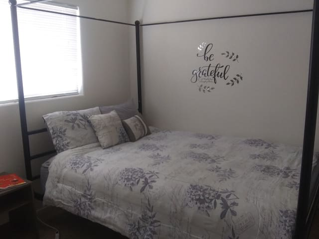 Cozy Queen Room, 10 Minutes from Strip!