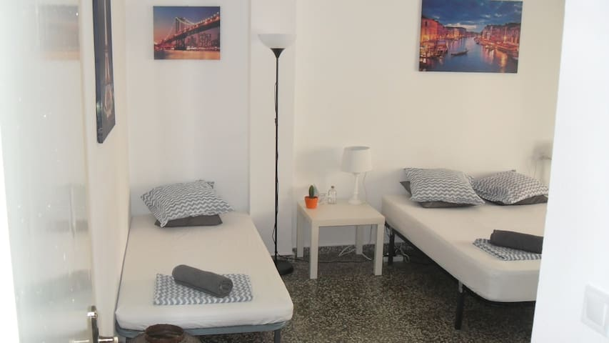 Nice Triple Room Single/Double Bed Wi-Fi In Gandia