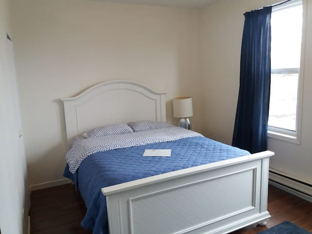 Trendy Blue Room (Queen Bed) at College/Bathurst