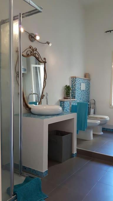 Bagno con box doccia e lavatrice