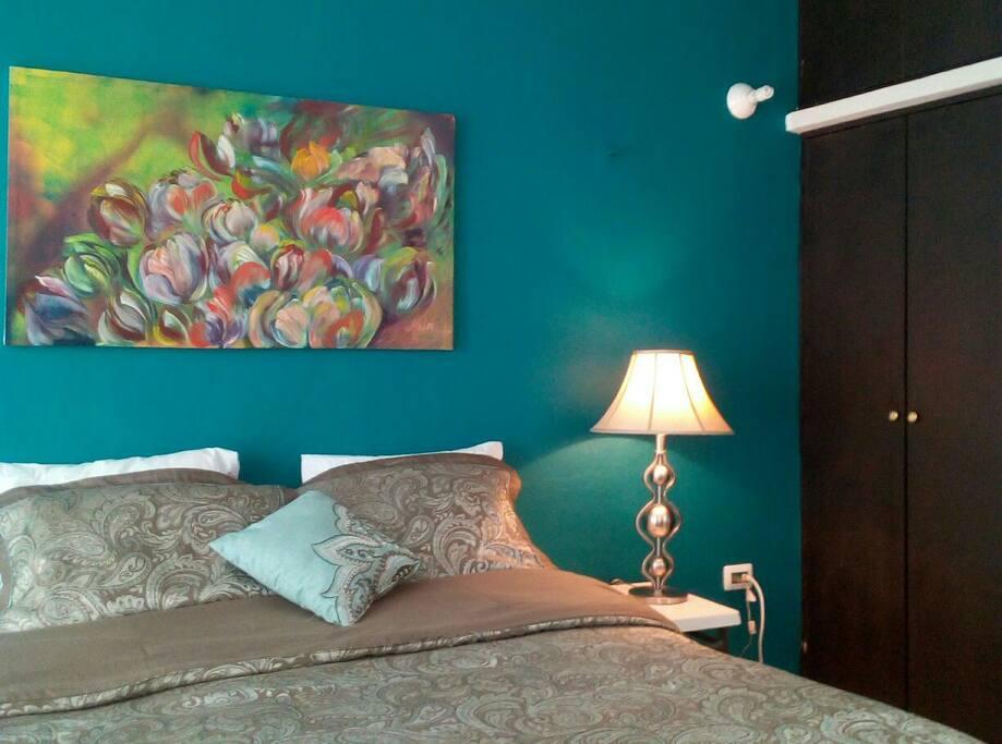 La hermosa habitacion que prepare para recibirlos. la obra una de mis pinturas...