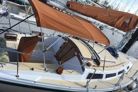 Clean and Safe AIR CONDITIONED Vintage Yacht